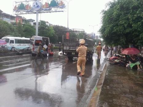 Lực lượng chức năng đang làm nhiệm vụ và làm công tác cứu nạn