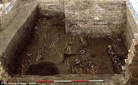 Phát hiện và giải mã 1300 bộ xương người tại đại học Cambridge - ảnh 1