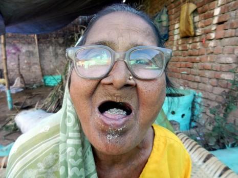 Kỳ lạ: Bà cụ sống nhờ ăn...cát - ảnh 6