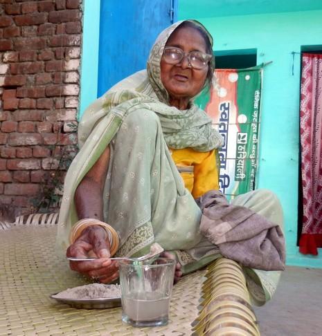 Kỳ lạ: Bà cụ sống nhờ ăn...cát - ảnh 7