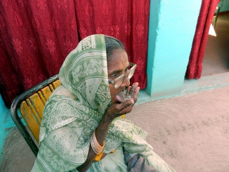 Kỳ lạ: Bà cụ sống nhờ ăn...cát - ảnh 4