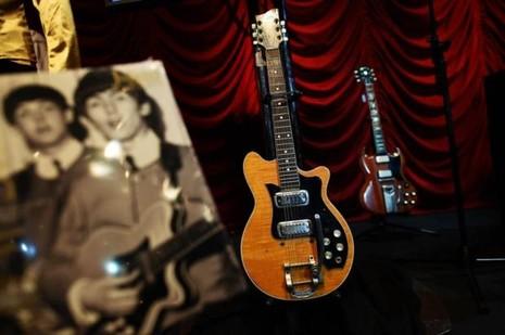 Ghi ta điện của The Beatles bán gần nửa triệu USD - ảnh 1