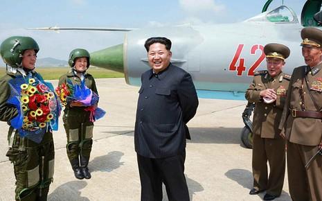 Kim Jong-un khen các nữ phi công là 'hoa trên bầu trời' - ảnh 1