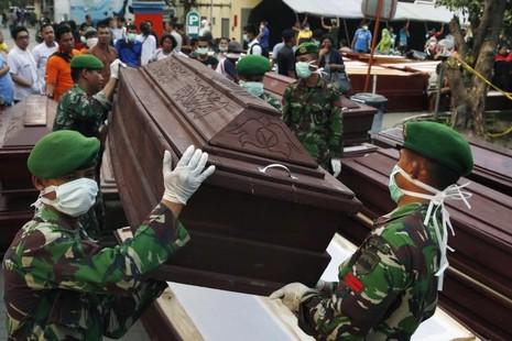 Rơi máy bay Indonesia: Dân thường phải mua vé máy bay quân sự? - ảnh 1