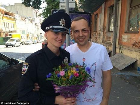 Ukraine tung đội cảnh sát 'đẹp hút hồn' chụp hình tự sướng với dân - ảnh 1