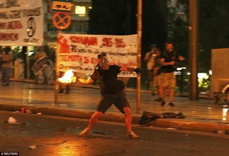Thủ tướng Hy Lạp gặp khó, dân Athens tấn công quốc hội - ảnh 10