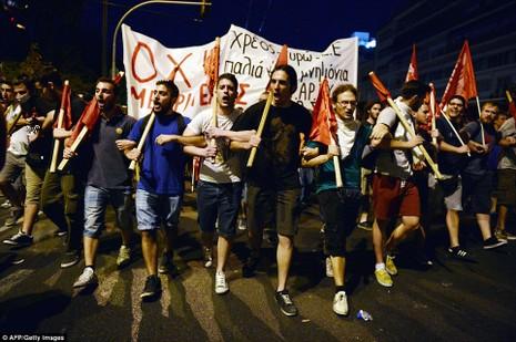 Thủ tướng Hy Lạp gặp khó, dân Athens tấn công quốc hội - ảnh 11