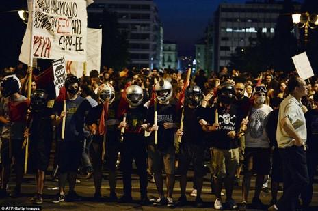 Thủ tướng Hy Lạp gặp khó, dân Athens tấn công quốc hội - ảnh 12
