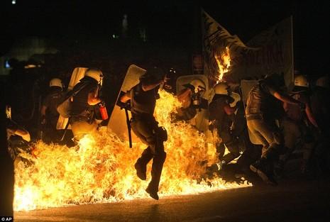 Thủ tướng Hy Lạp gặp khó, dân Athens tấn công quốc hội - ảnh 1
