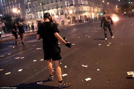 Thủ tướng Hy Lạp gặp khó, dân Athens tấn công quốc hội - ảnh 7