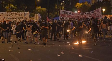 Thủ tướng Hy Lạp gặp khó, dân Athens tấn công quốc hội - ảnh 9