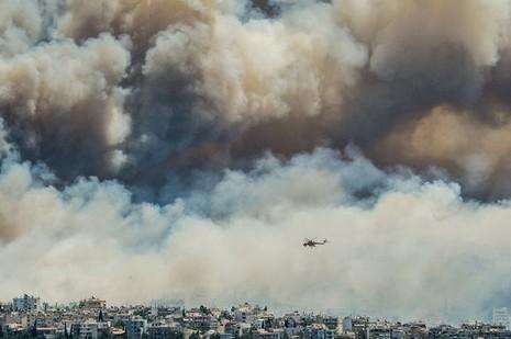 Cháy kinh hoàng ở Hy Lạp, du khách hoảng loạn - ảnh 1