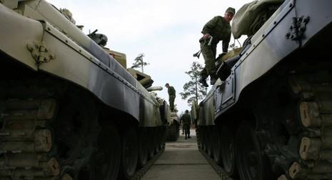 Nga: Hơn 900 binh sĩ lái xe tăng tập trận về đêm - ảnh 1