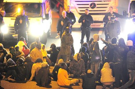 Hơn 200 người chắn hầm biên giới đòi Pháp cho vào Anh - ảnh 4