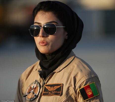 Nữ phi công mệnh danh 'người phụ nữ dũng cảm nhất thế giới' - ảnh 1