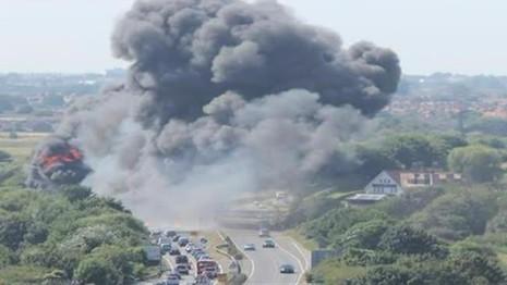 Máy bay lao xuống đường đông đúc, 7 người chết - ảnh 1
