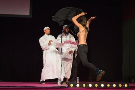 Hai cô gái ngực trần làm loạn buổi lễ Hồi giáo - ảnh 1