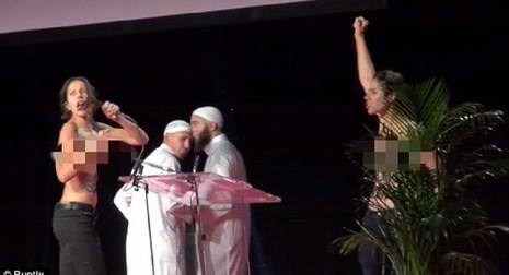 Hai cô gái ngực trần làm loạn buổi lễ Hồi giáo - ảnh 2