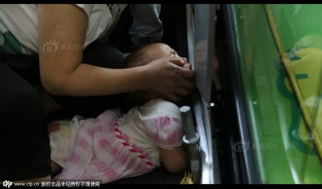 Thang cuốn Trung Quốc lại 'nuốt' cánh tay bé gái  - ảnh 1