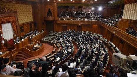 Nhật Bản chính thức thông qua dự luật an ninh mới đầy tranh cãi - ảnh 1