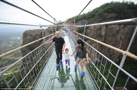'Cứng chân' khi đi qua cầu treo trong suốt - ảnh 4
