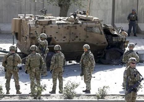 Afghanistan: Khủng bố đánh bom liều chết với lính nước ngoài - ảnh 1