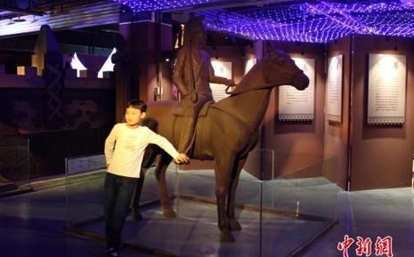 Cung điện 28 tấn chocolate phong cách phương Tây - ảnh 1