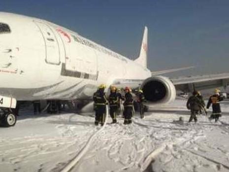 Máy bay Trung Quốc hạ cánh khẩn cấp vì nổ lốp - ảnh 1