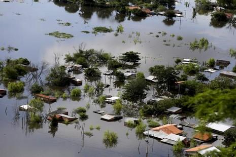 Nam Mỹ: Hơn 100.000 người lũ lượt kéo nhau tránh lũ lớn - ảnh 1