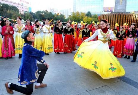Trung Quốc dùng giải trí để 'trị' khủng bố tại Tân Cương - ảnh 1