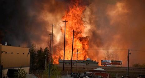 80.000 người sơ tán vì cháy rừng lan qua cháy nhà - ảnh 1