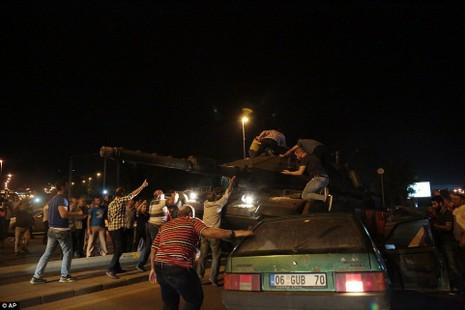 Thổ Nhĩ Kỳ: Đảo chính thất bại, hàng trăm lính bị bắt - ảnh 13