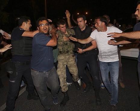 Thổ Nhĩ Kỳ: Đảo chính thất bại, hàng trăm lính bị bắt - ảnh 6