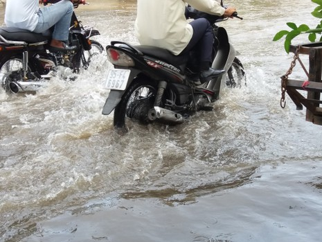 Sáng nay nhiều đoạn đường ở Thảo Điền vẫn ngập sâu - ảnh 2