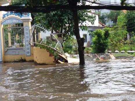Sáng nay nhiều đoạn đường ở Thảo Điền vẫn ngập sâu - ảnh 3