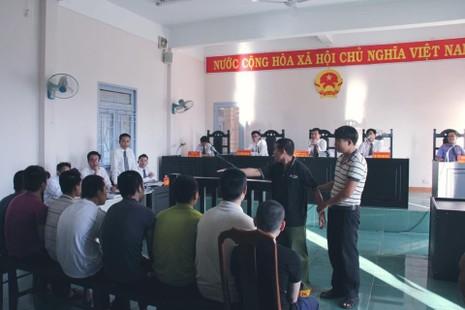 Nạn nhân Trần Văn Thanh bị chém thương tật 90% đang chỉ  những kẻ chém mình trong buổi thực nghiệm tại phiên xử ngày 16-11