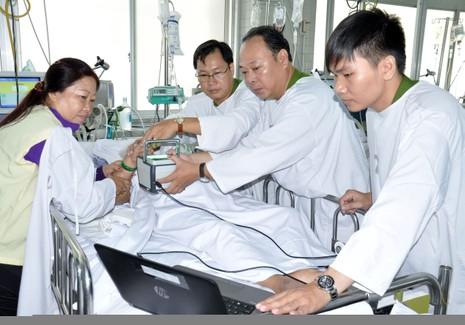 Cuối tuần vào bệnh viện làm CMND cho bệnh nhân - ảnh 1