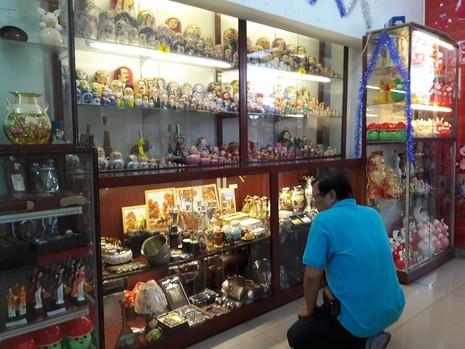 Chợ nước ngoài ở Sài Gòn - kỳ 2: Chợ Nga với búp bê và rượu - ảnh 2