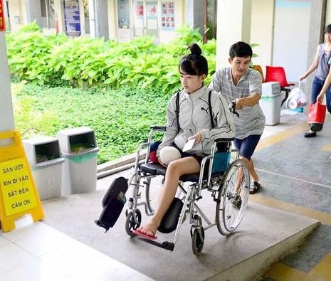 Mạnh thường quân thuê xe đưa nữ sinh bị cưa chân về nhà - ảnh 1