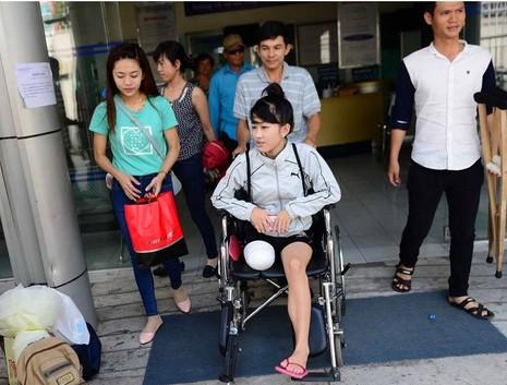 Mạnh thường quân thuê xe đưa nữ sinh bị cưa chân về nhà - ảnh 2
