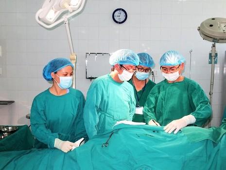 Phối hợp 10 khoa, phòng cứu sống bệnh nhân nhiễm đa bệnh lý - ảnh 1