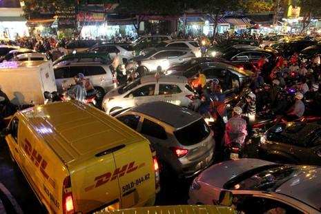 TP.HCM: Mưa lớn kéo dài, kẹt xe khắp nơi không thấy đường về - ảnh 16
