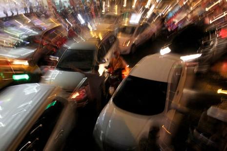 TP.HCM: Mưa lớn kéo dài, kẹt xe khắp nơi không thấy đường về - ảnh 21