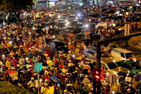 TP.HCM: Mưa lớn kéo dài, kẹt xe khắp nơi không thấy đường về - ảnh 14