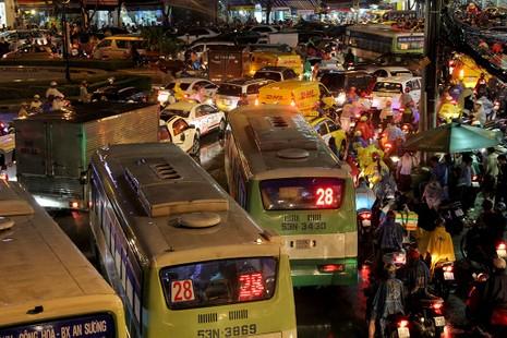 TP.HCM: Mưa lớn kéo dài, kẹt xe khắp nơi không thấy đường về - ảnh 19