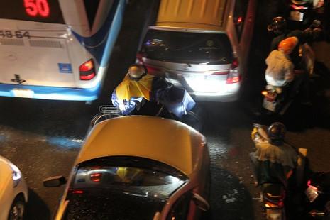 TP.HCM: Mưa lớn kéo dài, kẹt xe khắp nơi không thấy đường về - ảnh 18