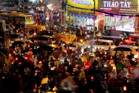 TP.HCM: Mưa lớn kéo dài, kẹt xe khắp nơi không thấy đường về - ảnh 12