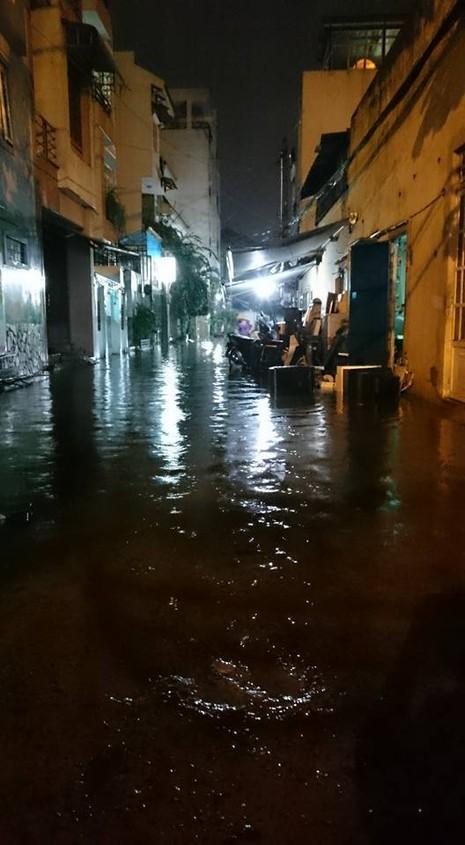 TP.HCM: Mưa lớn kéo dài, kẹt xe khắp nơi không thấy đường về - ảnh 33