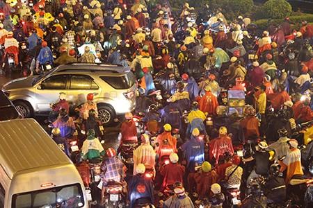 TP.HCM: Mưa lớn kéo dài, kẹt xe khắp nơi không thấy đường về - ảnh 36