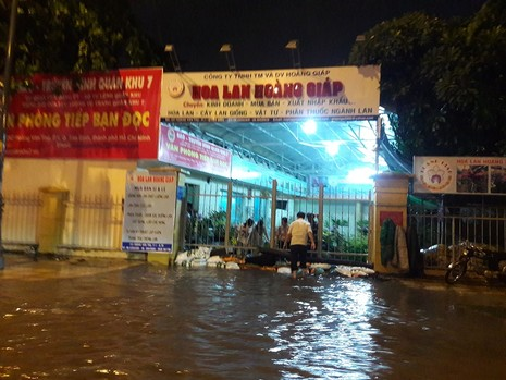 TP.HCM: Mưa lớn kéo dài, kẹt xe khắp nơi không thấy đường về - ảnh 4